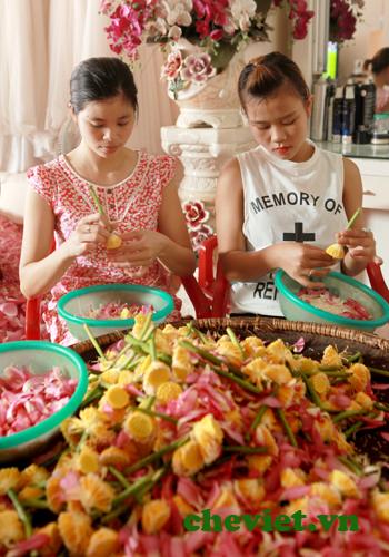 Tách gạo sen dùng để ướp trà.