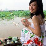 Giới trẻ rất thích thưởng thức trà ướp sen Hồ Tây.