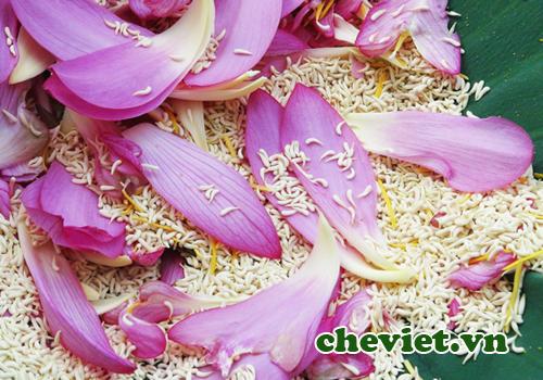 Trà sen Tây Hồ được ướp từ những túi hương của bông sen, thường gọi là gạo sen.