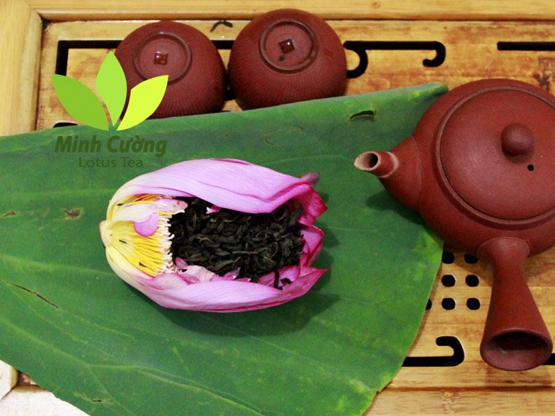 Trà bông sen sau khi dã đông tách bỏ cánh sen, lấy trà phía trong bỏ vào ấm...