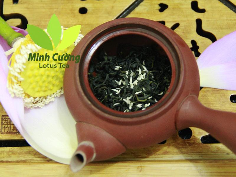Khi pha trà bông sen, bạn nên bỏ trà cùng gạo sen màu trắng vào ấm trà...